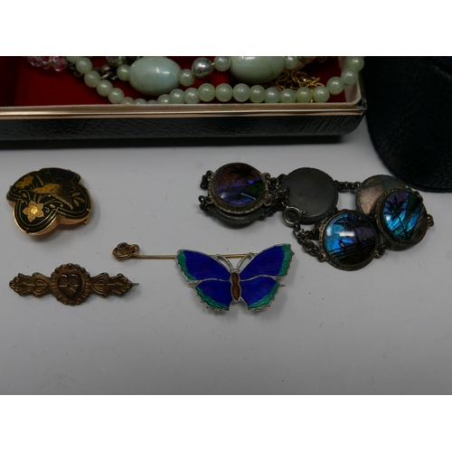 138 - A large collection of costume jewellery, to include brooches, necklaces, earrings, etc., together wi...
