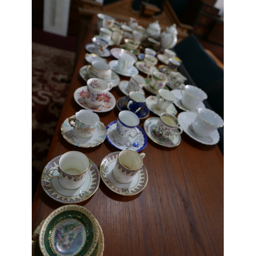 361 - A collection of 19th & 20th century porcelain cups and saucers...