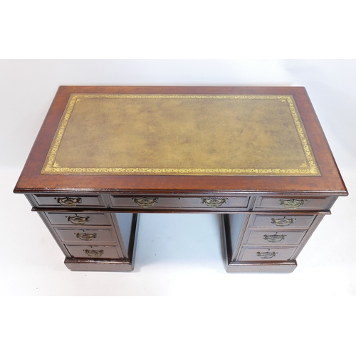 167 - A Edwardian mahogany pedestal desk with green leather skiver, H.75 W.121 D.66cm...