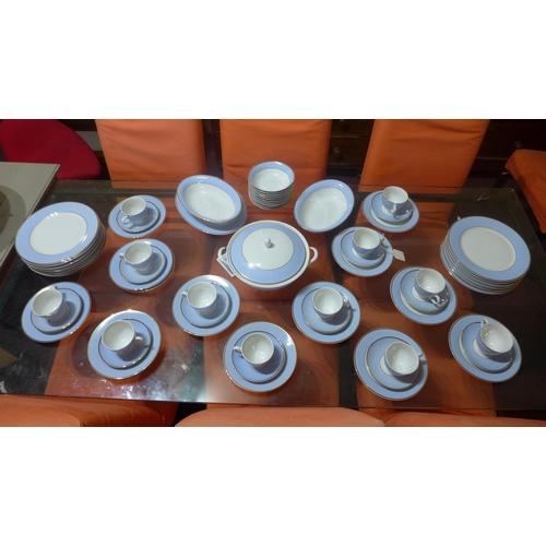 605 - A modern Doulton porcelain service