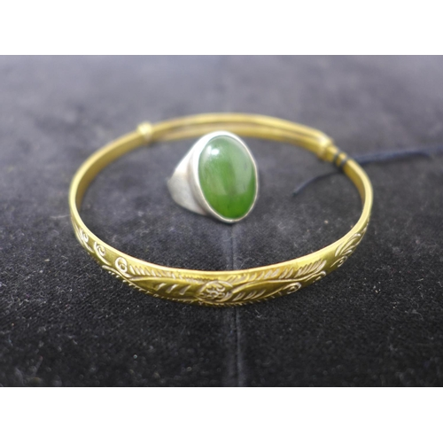 670 - A boxed sterling silver ring set with a polished green jade cabochon ring, Size: I 1/2, 7.2g with a ...