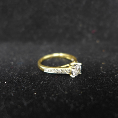 810 - An 18ct yellow gold diamond solitaire ring (0.50 carats) to further diamond-set shoulders, Size: N, ...