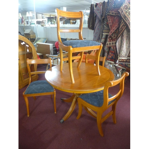 523 - A Regency style circular dining table and four chairs...
