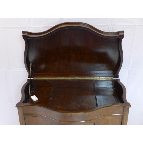 526 - An early 20th century walnut gramophone cabinet, H.90 W.84 D.50cm...