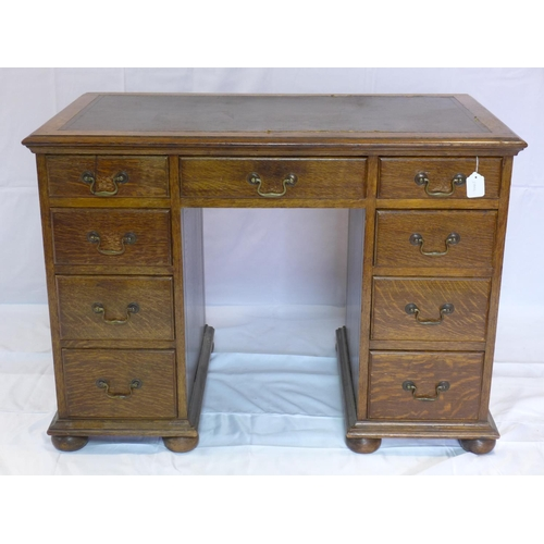 546 - An early 20th century oak kneehole desk, H.77 W.106 D.61cm...