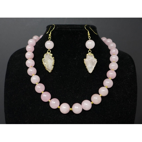 125 - A rose quartz jewellery suite, to include a rose quartz beaded necklace with unpolished rose quartz ...