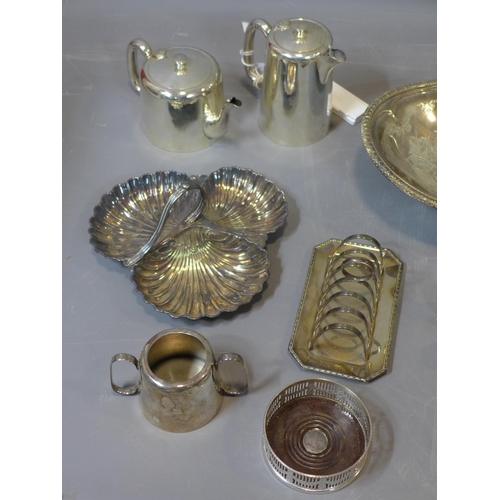 670 - A collection of silver plated items, to include a toast rack, tankards, teapots, fruit bowls,  salt ...