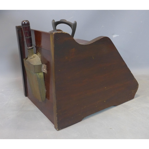 60 - 20th century coal scuttle with scoop, wood and brass, 35 x 35 x 45 cm...