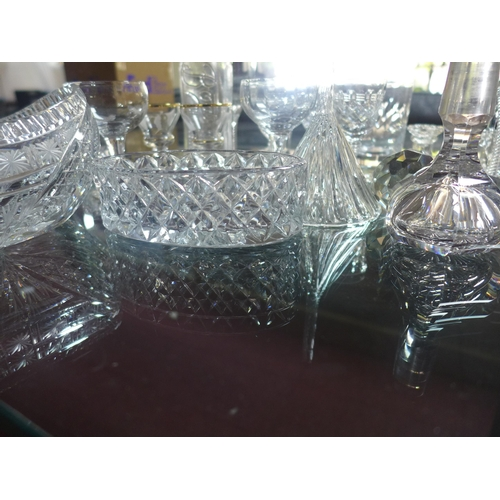 509 - A collection of mixed glassware and crystal, to include a pair of liqueur glasses, ribbed cordial gl...