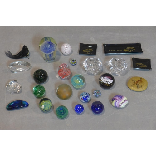 258 - A collection of 28 pieces of glass and animal figures...