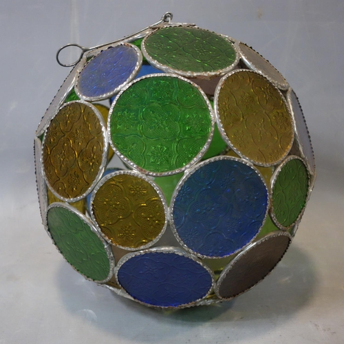 568 - Six mosaic glass hanging balls, diameter 25-30 cm...