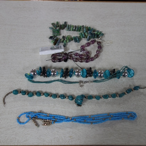 526 - A collection of five necklaces, to include a fluorite necklace, a turquoise necklace and others (5)...