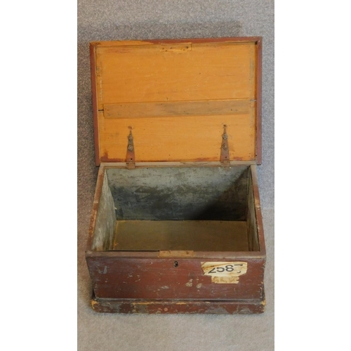 34 - A late 19th century painted pine lidded box with zinc liner and twin carrying handles. 30x53x38cm...