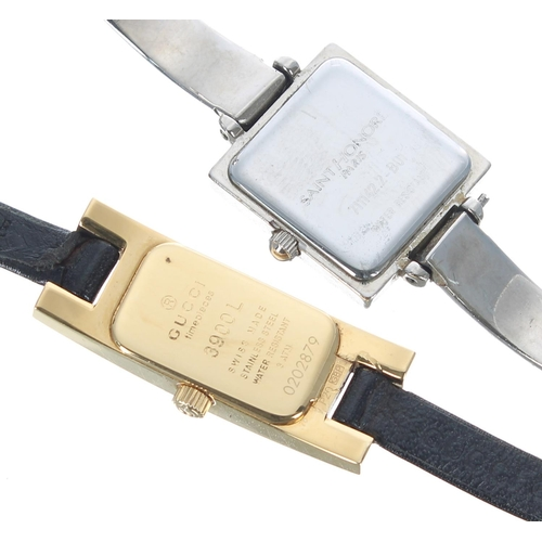 515 - Gucci 3900L gold plated ladies wristwatch, black dial, Gucci black leather strap and buckle, quartz,...