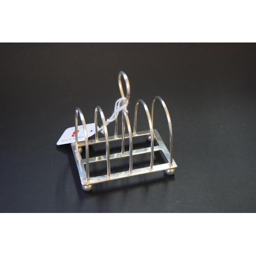 8 - An Edwardian silver four division toast rack, by W Hutton & Sons Ltd, Sheffield 1908, 8.5cm, 85g....