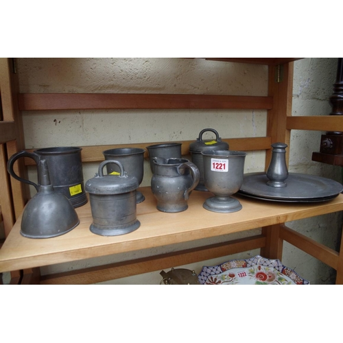 1221 - <strong>A small quantity of antique pewter.</strong>...