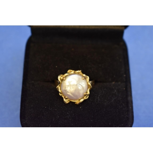 105 - <strong>A 14k gold ring set baroque pearl.</strong>...