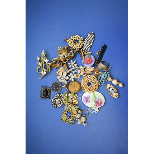 144 - <strong>A quantity of mixed costume jewellery,</strong> to include a vintage compact....