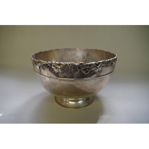 586 - <strong>A Chinese silver pedestal bowl, </strong><em>by Hung Chong, </em>with fruiting vine rim, 23c...