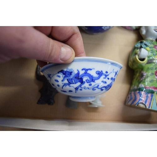 575 - <strong>A mixed lot of oriental items</strong>, to include: a Chinese Canton famille rose bowl,15cm...