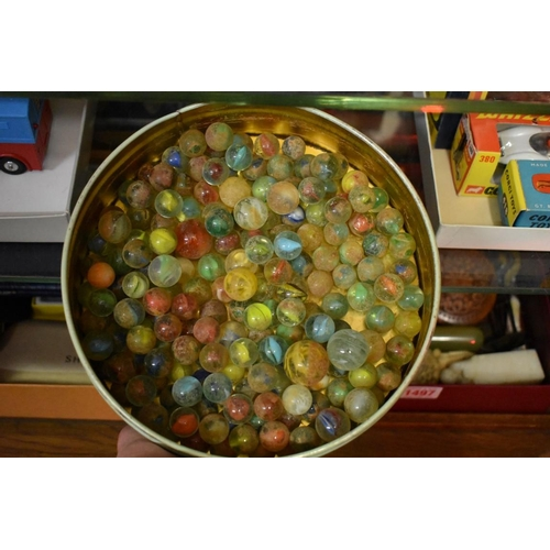 1494 - <strong>A quantity of old glass marbles.</strong>...