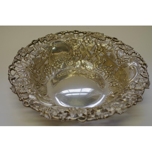 15 - <strong>A silver Georgian style fruit bowl,</strong> <em>by Wakely & Wheeler</em>, London 1912, ...