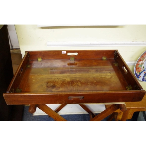 1627 - <strong>A George III mahogany folding butler's tray,</strong>76cm wide, on folding X frame stand....