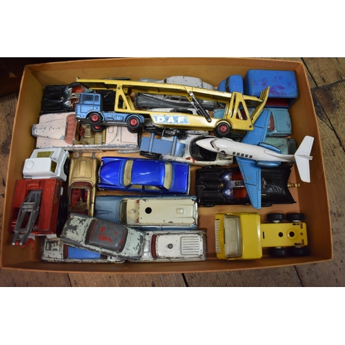 1464 - <strong>A collection of vintage Corgi, Dinky and other similar diecast vehicles.</strong...