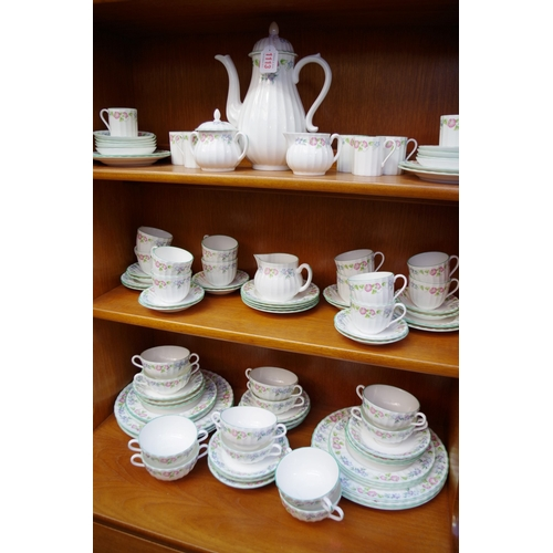 1113 - <strong>An extensive Wedgwood 'English Garden' pattern tea and dinner service. </strong>...