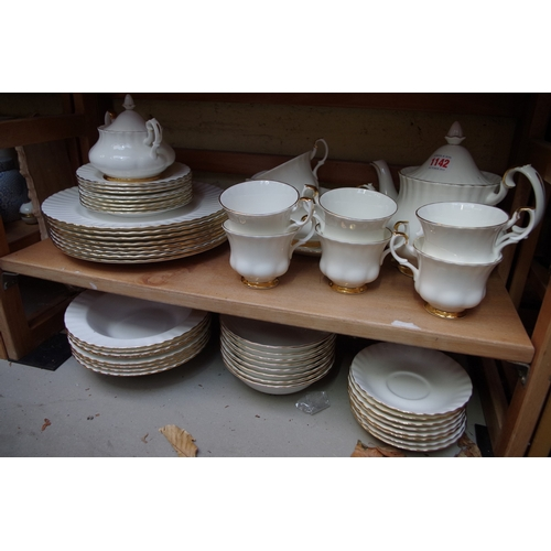 1142 - <strong>A Royal Albert 'Val D'or' pattern part tea and dinner service.</strong>...