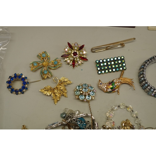 184 - <strong>A quantity of costume jewellery.</strong>...