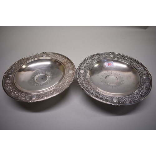96 - <strong>A pair of Continental .800 comports</strong>, 25.5cm, 590g....