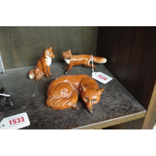 1534 - <strong>Three Beswick foxes, </strong>largest 10cm wide....