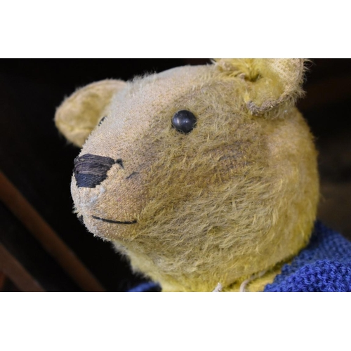 1638 - <strong>An early 20th century straw filled hump back growler teddy bear in golden mohair,</str...