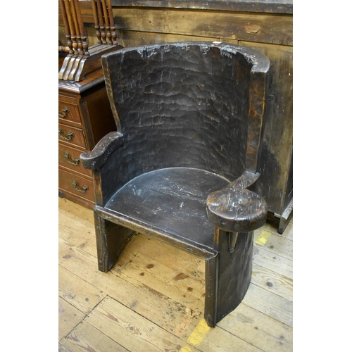 1444 - <strong>An interesting oak dug out chair,</strong> probably 19th century, àpprox 77cm wide....