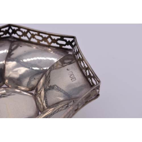 8 - <strong>An Edwardian silver swing handled sweetmeat dish</strong>, by<em>Goldsmiths & Silversmi...