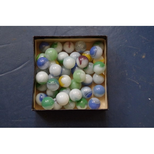 1613 - <strong>A collection of vintage marbles. </strong>...