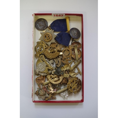 1647 - <strong>A collection of military buttons, badges and similar.</strong>...