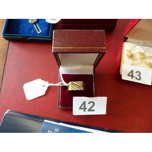 42 - 9ct gold ring with diamonds size 5.5 weighs 3.9g...