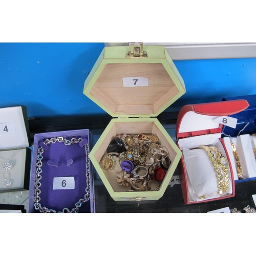 7 - Selection of costume jewellery rings...