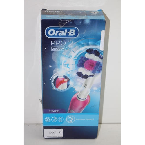 42 - GRADE B-  BOXED ORAL B PRO 2 2000W 3D WHITE TOOTHBRUSH