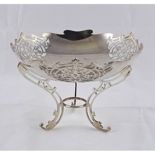 15 - A silver tripod dish table centre, Sheffield 1920.  209mm diameter / 500gr (by instruction of the fa...