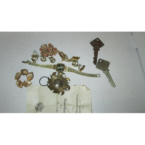 7 - Costume jewellery : gold plated brooch, rolled gold ring, Seiko watch and other earrings...