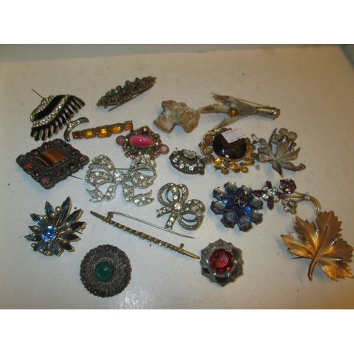 88 - Assorted costume brooches...