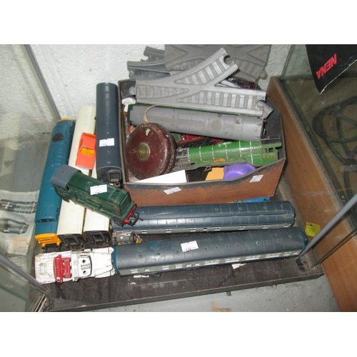 305b - Assorted 00 gauge railway accessories : track, rolling stock, locomotive, carriage etc....