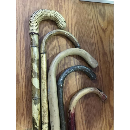 24 - 6 X VINTAGE WOODEN WALKING STICKS, FIVE BENTWOOD EXAMPLES AND ONE VERY UNUSUAL HARDWOOD CARVED SOLDI...