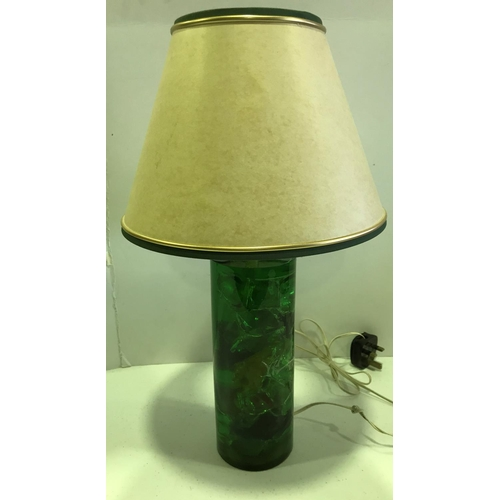 47 - SUPERB GREEN CRUSHED ICE SHATTALINE TABLE LAMP - STANDS 13 INCHES IN HEIGHT WITHOUT SHADE...