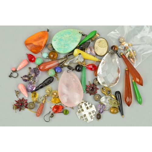15 - A SELECTION OF JEWELLERY PARTS AND BROKEN JEWELLERY PIECES to include a natural amber pendant, a ros...