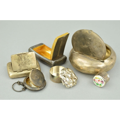 26 - A SELECTION OF SILVER PILL BOXES, SNUFF CASES AND A SMALL COMPACT to include a large circular snuff ...