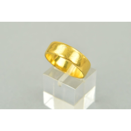 30 - A 22CT GOLD BAND RING of plain design, with 22ct gold hallmark for Birmingham 1971, ring size R, wei...